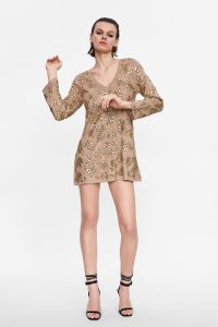 Les femmes de la ronde V personnalisés à manchon long fashion robe avec des pierres