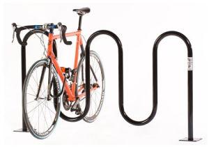 Bici 5 che parcheggia la cremagliera d'acciaio esterna della bici dell'onda