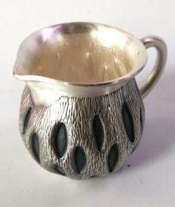 ふたのない銀製のコップの茶水鍋