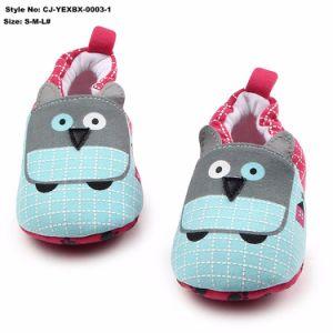 Les Enfants de chaussures en caoutchouc à l'intérieur de gros de chaussures de bébé Cartoon