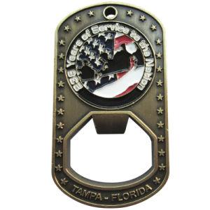 ドッグタッグの球の鎖(110)が付いている旧式な栓抜きの記念する硬貨