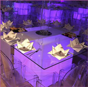 屋外の結婚式表の白熱家具の立方体表