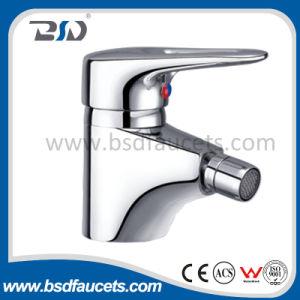 Agua caliente y fría del grifo del lavabo de suministro