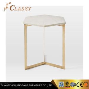 Неправильной формы мраморным верхней части таблицы со стороны гостиной
