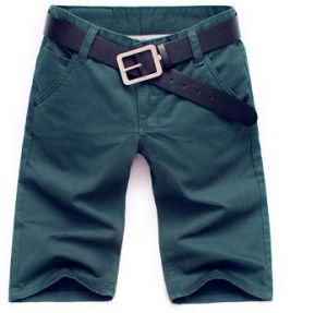 Gli uomini su ordinazione mettono i pantaloni in cortocircuito verdi di estate