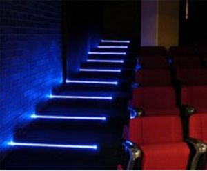 Nette Treppe, die helles Profil des Jobstepp-LED riecht