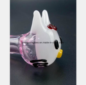 Kätzchen, das rosafarbenes Glaswasser-Rohr des Öl-Glas-Rohres formt