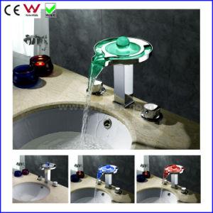 取付けられる滝真鍮LEDの洗面器のコック(FD15108F)は二倍になるハンドルのデッキによって
