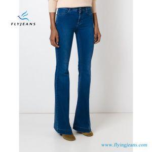 La miscela blu del cotone delle donne si è svasata jeans