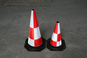Le site de construction très souple à usage intensif des cônes en caoutchouc orange