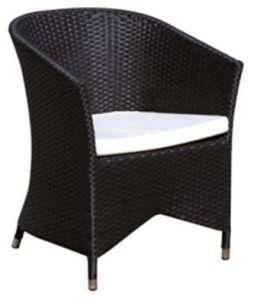 Im FreienBistro-gesetzte Rattan-Stühle mit Kaffeetische