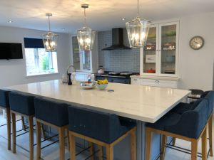 現代家の小さい台所一定の純木の白いシェーカー様式の食器棚