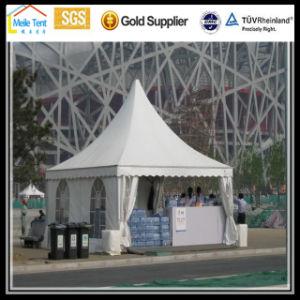 党玄関ひさしの結婚式の大きく白い屋外のイベントのテント