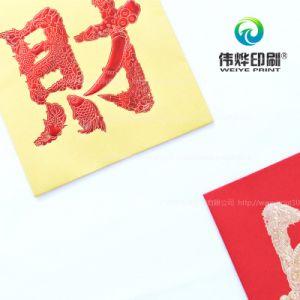 Stampa di carta rossa che contiene soldi come regalo