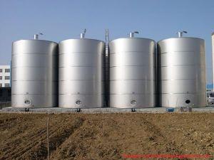 Большой открытый резервуар для хранения молока