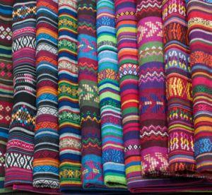 100 % polyester Tissu jacquard Deyed Folk Hometextiles table Tapis en tissu écharpe de rideau de vêtement