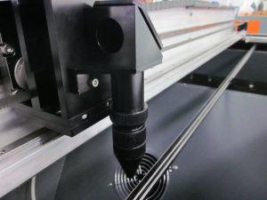 CO2 Laser-Ausschnitt-Gravierfräsmaschine-Kennsatz-Kamera, die Laser-Scherblock in Position bringt