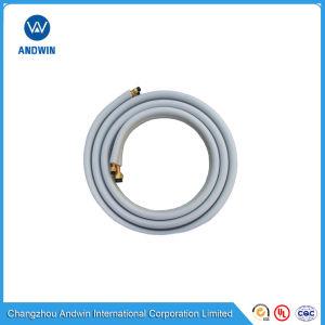 El tubo de cobre con aislamiento por parte del aire acondicionado