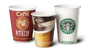 Taza de café desechables que hace la máquina