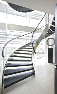 明確なガラス手すりが付いている現代デザイン曲げられたガラスステアケース