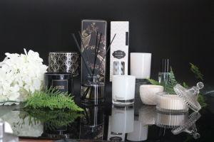木のふたが付いている芳香によってかぎつけられる黒いカラーによって吹きかけられるガラス瓶の蝋燭