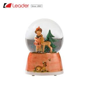 De met de hand geschilderde Bol van de Sneeuw van de Hars met Jongen en Hond Waterball voor de Decoratie van het Huis en PromotieHerinnering, OEM Ontwerpen wordt ingestemd met