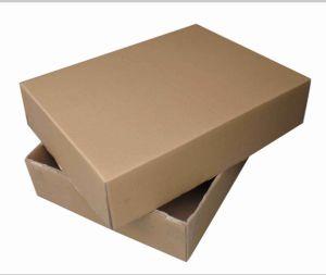 Un haut une boîte de papier ondulé en bas