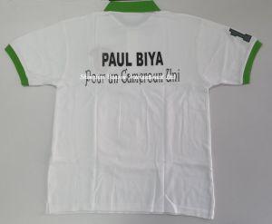 저어지 녹색 고리와 자수 로고를 가진 백색 폴로 셔츠