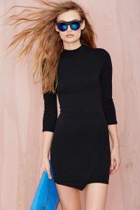 新式の女性の簡単で黒い服