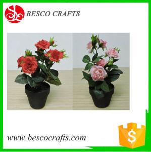 En maceta pequeña flor rosa artificial con plástico de la sembradora