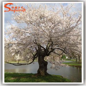 Árvore de Flor de Cerejeira branca artificial no parque de casamento