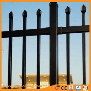 A través de la parte superior de lanza de ornamentales soldado valla de seguridad