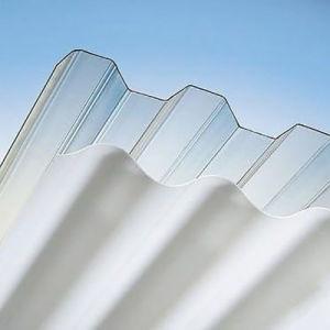 Entrada do telhado sobre a folha de policarbonato de papelão ondulado da varanda de instrumentos
