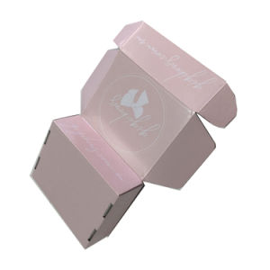 A caixa de papelão de transporte cor-de-rosa