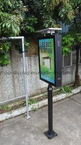 Signo de la calle en el exterior de la energía solar de doble cara, caja de luz