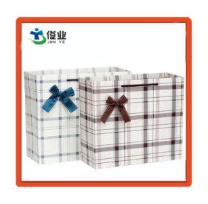 Petite MOQ prix bon marché du papier imprimé le logo de la vente en gros sacs-cadeaux
