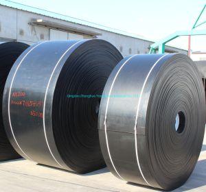 Широкие плоские черные резиновые ленты конвейера на заводе