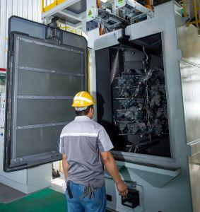 クリーニング機械製造業者のMayflayのショットブラスト機械ホースが付いている自動車版ばねの熱い販売の紡績工のハンガーのホックのサンドブラスティング装置