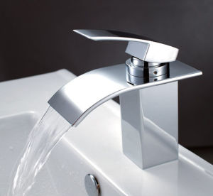 デッキによって取付けられる真鍮の熱い冷水のミキサーの単一のレバーの浴室の洗面器のコック