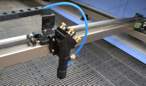 이산화탄소 Laser 면 또는 폴리에스테 또는 나일론 1610년을%s 자동 공급 직물 절단기