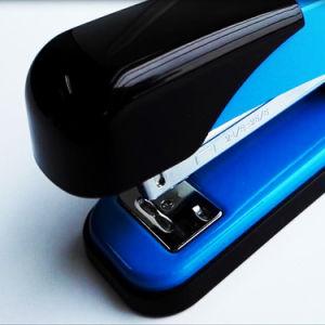 オフィス基本的な様式の手動金属の中型のデスクトップのペーパーステープラー