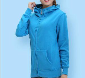 カラーおよびジッパーのジャケットが付いている500カシミヤ織のオーバーコート