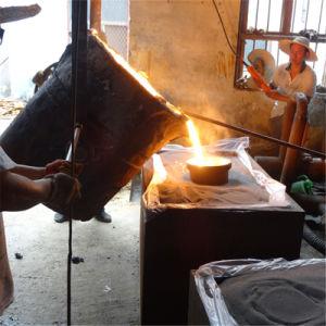鋳造の準備ができた鋼鉄鉄のひしゃく