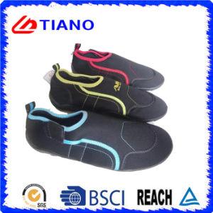 Los hombres y mujeres los zapatos de agua de piscina playa
