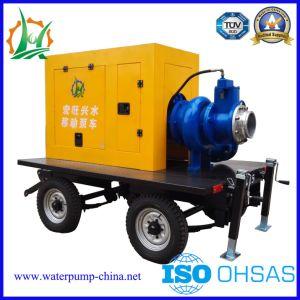 Auto del trasporto delle acque luride che innesca la pompa diesel del rimorchio