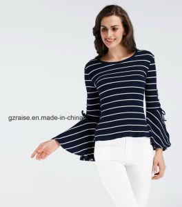 트럼펫 소매 t-셔츠를 입어 형식 숙녀