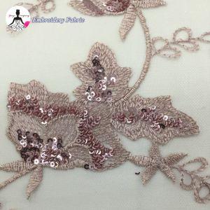 方法優雅なスパンコールは花嫁のウェディングドレスのレースファブリックを刺繍した