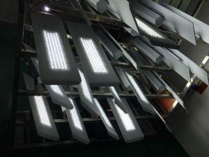 A luz solar e bateria de lítio incorporada a luz de rua LED