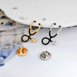 Fabricante China personalizados baratos Médico Enfermera estetoscopio Esmalte Duro insignia de solapa