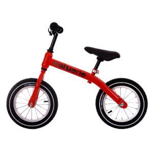 ペダルのバランスのバイク無しの女の子および男の子の乗車